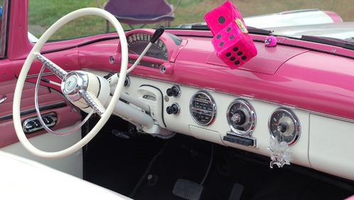 interieur rose voiture