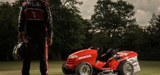 Un pilote et sa Formule 1? Non une tondeuse a gazon la Honda Mean Mower !
