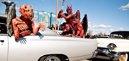 Décors de diables sur voiture idéal pour Halloween