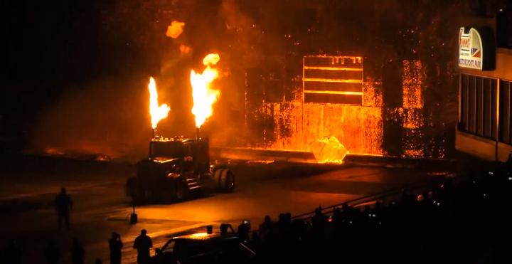 Le semi truck de Bob Motz brûle complètement les panneau