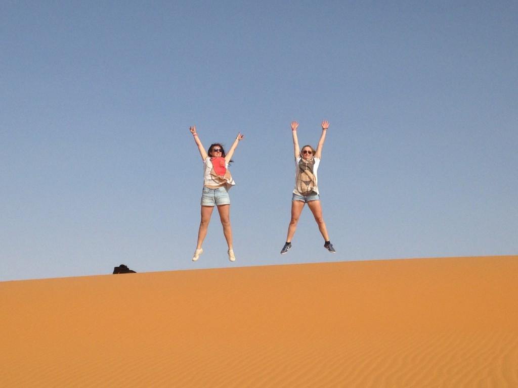 Alizée et Tiphanie sautant sur la dune