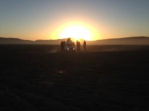 4L dans le désert au tombé de la nuit