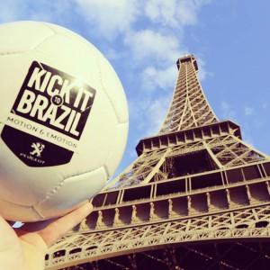 ballon foot kick it to brazil devant tour effeil