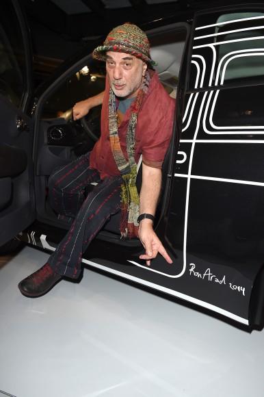 Ron Arad montre la signature de son édition de la Fiat 500