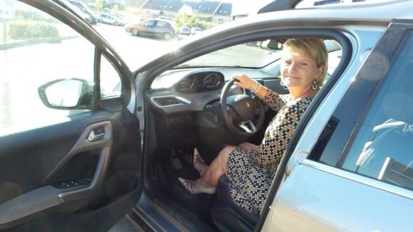 Isabelle au volant de la Peugeot 2008 Allure 115
